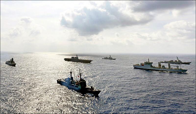 菲律賓海軍公共事務部9日提供的畫面顯示,美國、日本、印度與菲律賓的海軍船艦,日前聯合航行於有主權爭議的南海。(歐新社)