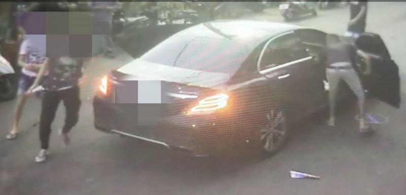 警方追緝搭賓士車的3名男子。(記者洪定宏翻攝)