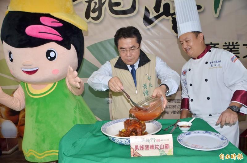 擔任活動代言的市長黃偉哲,示範古早味料理的烹調。(記者吳俊鋒攝)