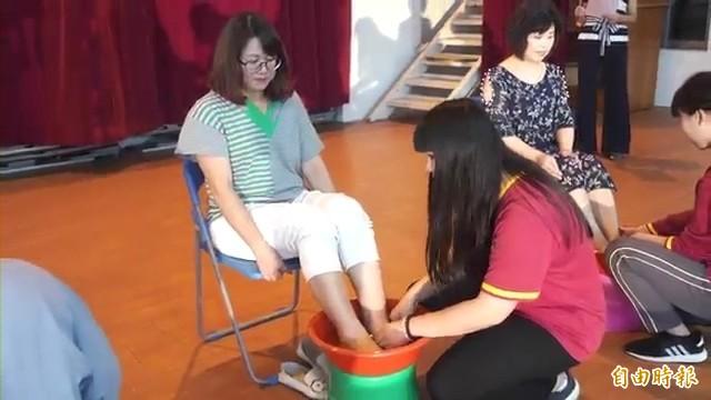 學生為母親洗腳感謝親恩。(記者廖淑玲攝)