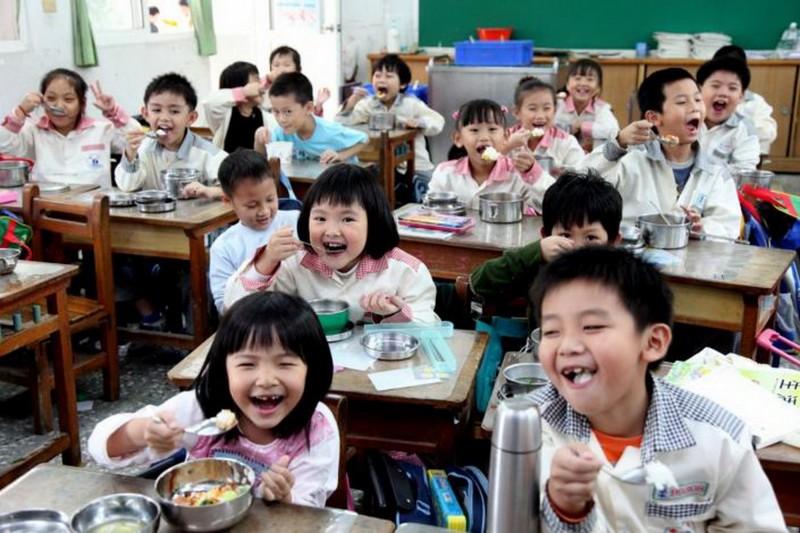 台南市教育局說明,南市午餐自辦比例為六都中最高,加上台南是農業產區,食材資源相對平價。(台南市政府提供)