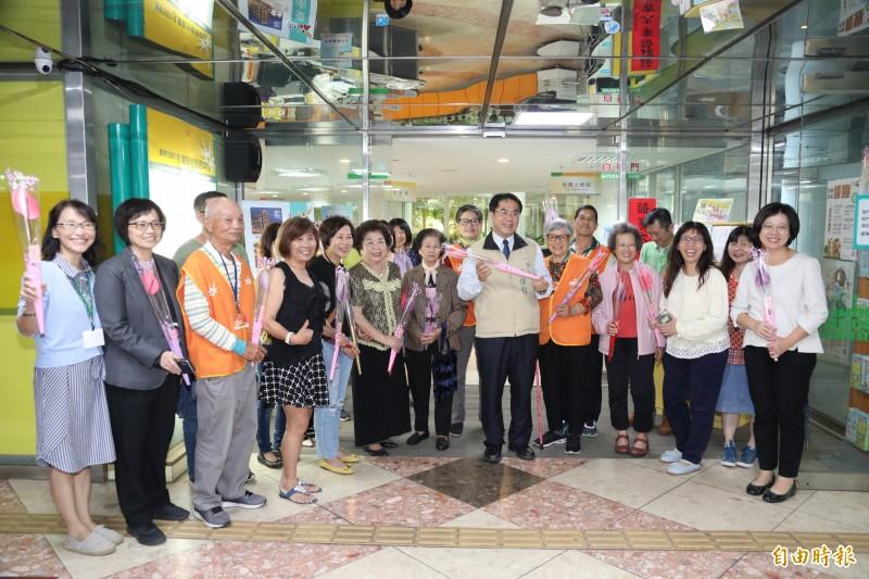 台南市長黃偉哲今天贈送火鶴給洽公民眾及市府女性員工。(記者洪瑞琴攝)