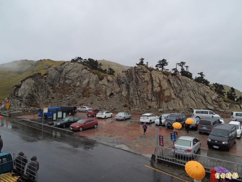 合歡山武嶺停車場將從5月13日起封閉整修至6月29日,東勢林管處提醒上山遊客注意。(記者佟振國攝)