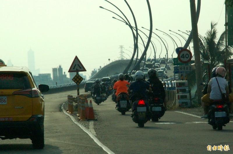高屏大橋機車道經常發生車禍,公路總局決定拓寬。(記者李立法攝)
