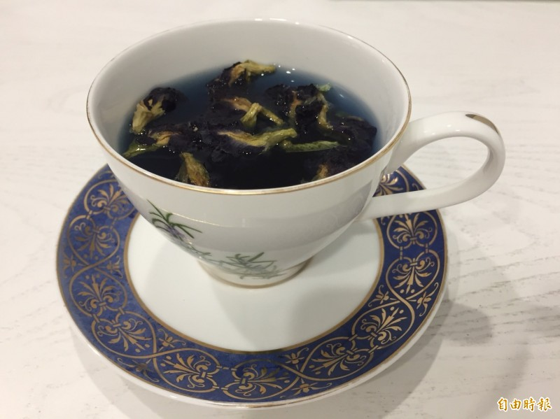 蝶豆花這幾年超夯,有人曬乾泡茶喝,也有人販售。(資料照)