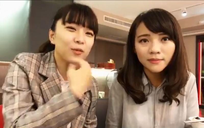 時代力量的台北市議員林穎孟昨晚開直播,與高雄市議員黃捷同框入鏡。(圖翻攝自臉書)