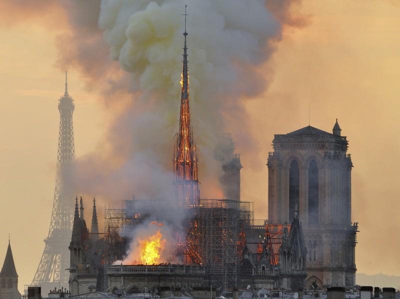法國巴黎聖母院4月中旬遭逢祝融之災,建築物毀損嚴重。(美聯社)