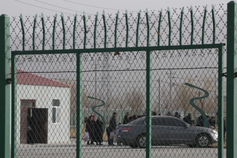 曾被迫在中國新疆「再教育營」工作的哈薩克人薩吾提拜(Sayragul Sauytbay)揭露,中國宣稱這些不是「集中營(concentration camps)」和監獄,但那都是謊言,她親眼看到裡面充滿洗腦、虐待、姦淫女性等暴行。圖為新疆阿圖什市再教育營。(美聯社)