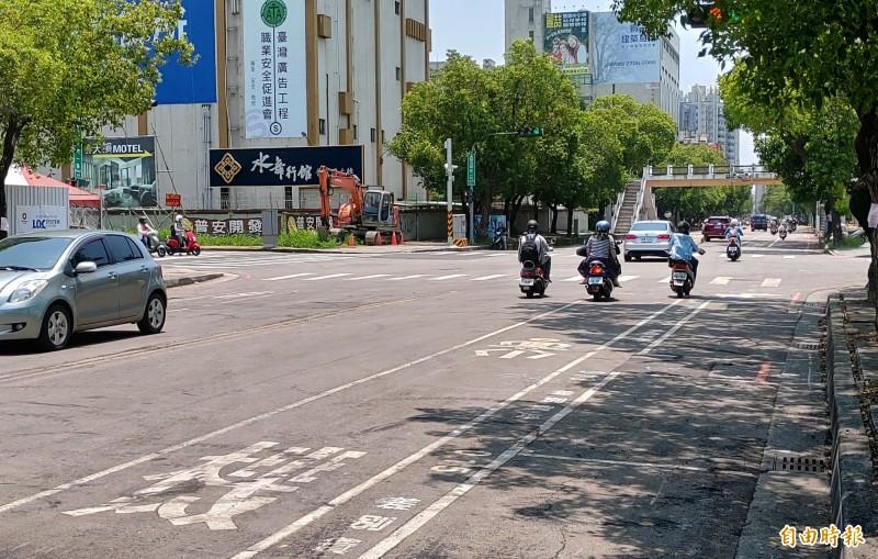 南屯區黎明路二段啟動第二階段路平工程。(記者張菁雅攝)