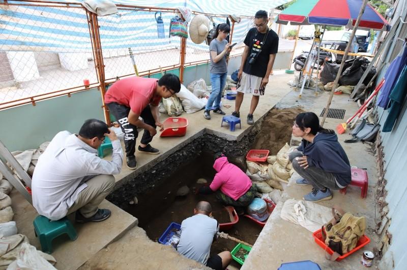 花蓮考古團隊在花岡山遺址考古發掘史前甕棺。(花蓮縣文化局提供)