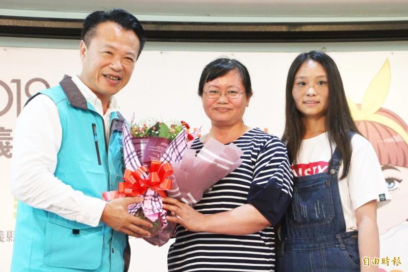 嘉義縣長翁章梁送花給呂易儒的母親胡惠琪。(記者林宜樟攝)