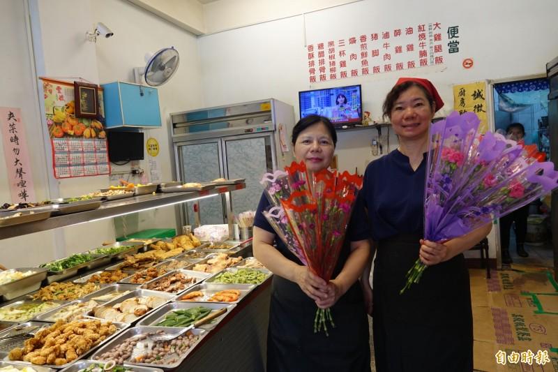 彰化市天祥路一家自助餐,今天只要點餐,就送康乃馨。(記者劉曉欣攝)