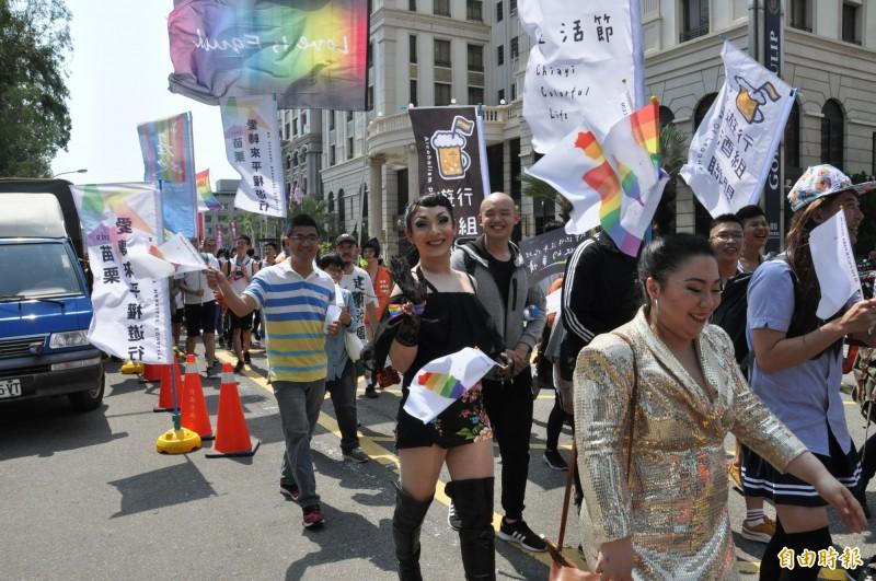 遊行隊伍中,有同志情侶攜手,也有爸媽帶著小朋友一起參與,眾人手持彩虹旗或彩虹風車等,將竹南、頭份街頭點綴得多彩繽紛。(記者彭健禮攝)