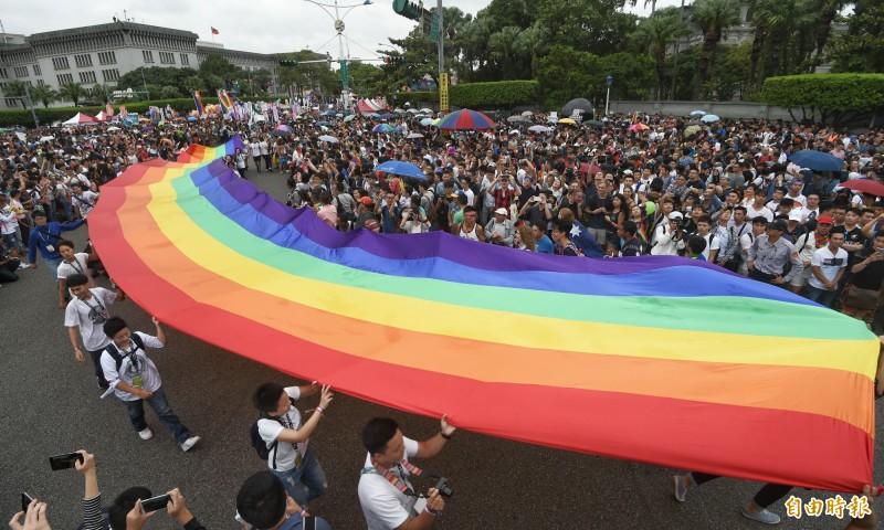 挺同團體台灣伴侶權益推動聯盟今天正式發出號召令,發動「立法院站崗行動」,志工下週起輪班舉牌與發放文宣,呼籲立委支持行政院版草案,投下同意票。(資料照)
