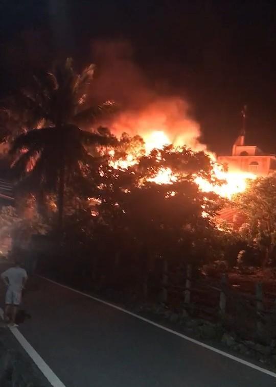 台東太麻里鄉香蘭村今晚傳住宅火宅,猛烈火舌波及緊鄰的教堂。(讀者提供)