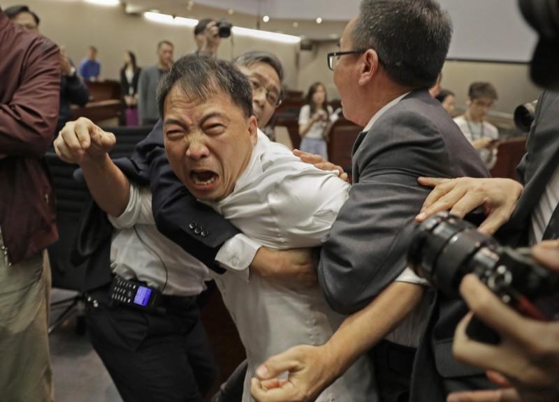 香港民主黨黨主席胡志偉與保安拉扯。(美聯社)