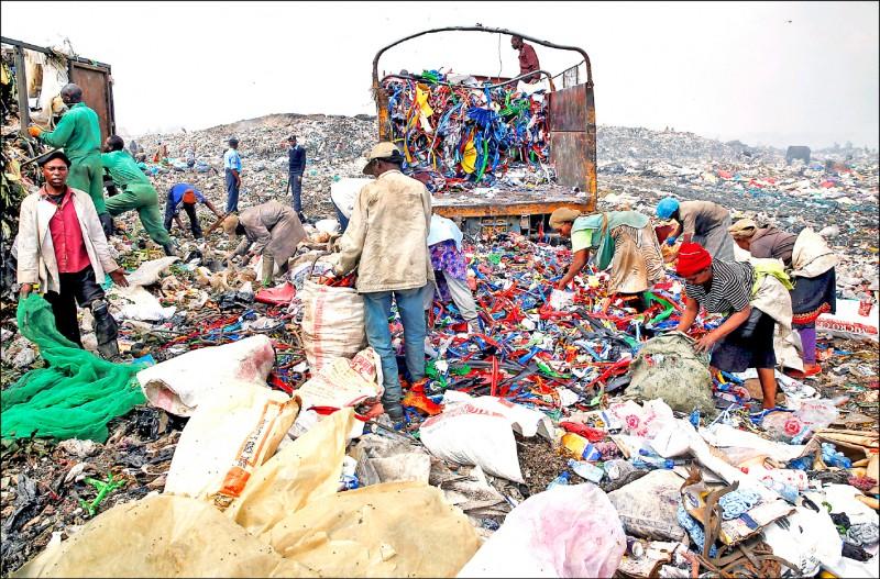 肯亞首都奈洛比東郊一處地區的垃圾場,為該市廢棄物主要傾倒地點,拾荒人員在裡頭分類可回收塑料。(路透檔案照)