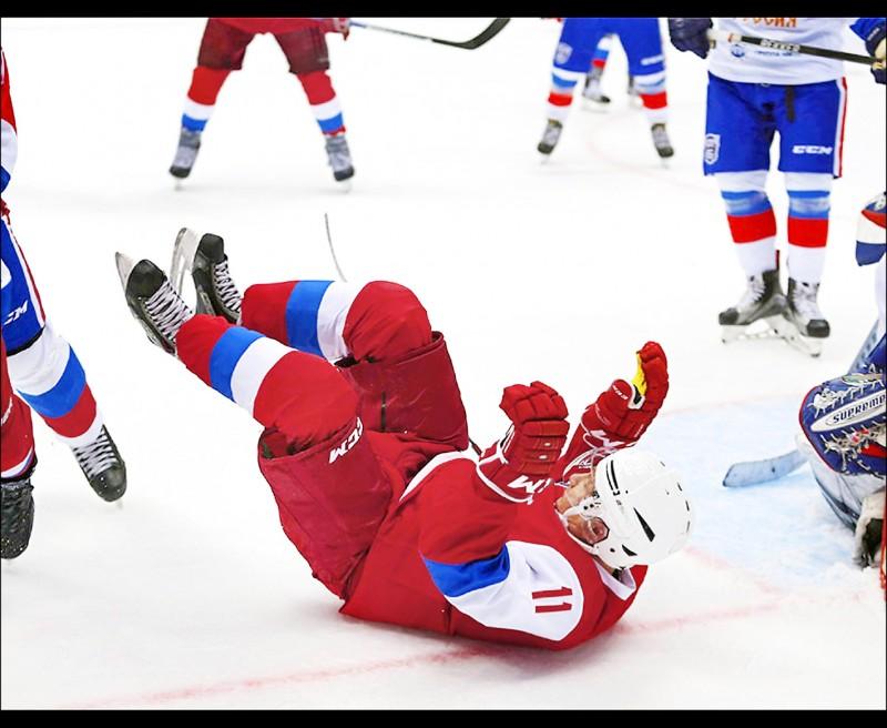 普廷打冰上曲棍球,下跌了個狗吃屎。(取自網路)