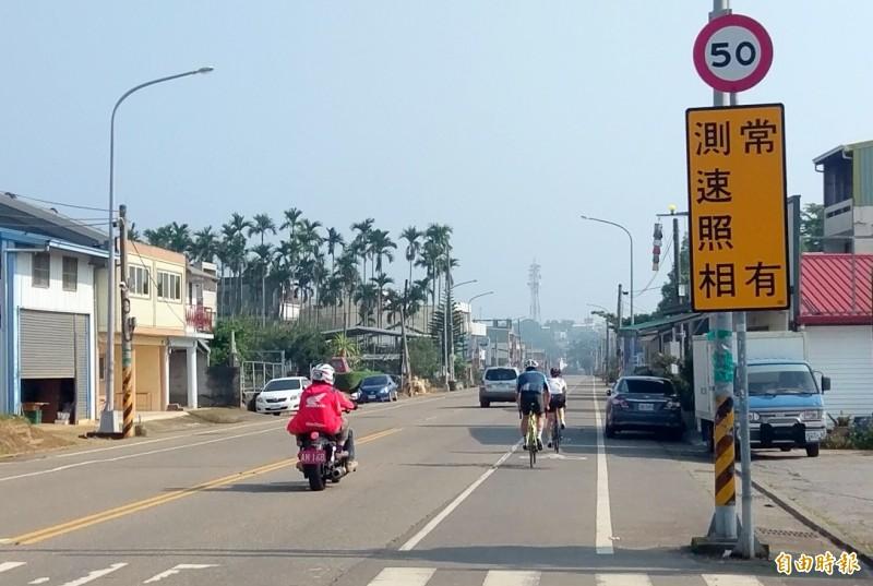 南投市139線三彎路段設置固定式測速照相桿後,警方也設告示牌提醒用路人情形。(記者謝介裕攝)