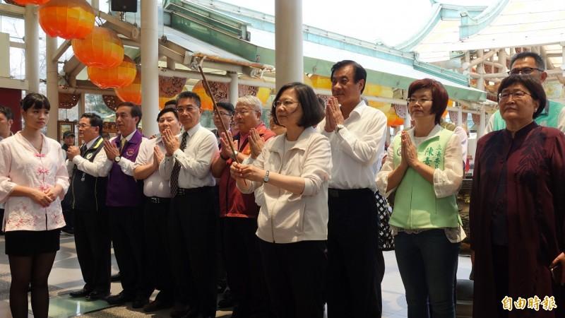 總統蔡英文到台灣玻璃廟參香。(記者劉曉欣攝)