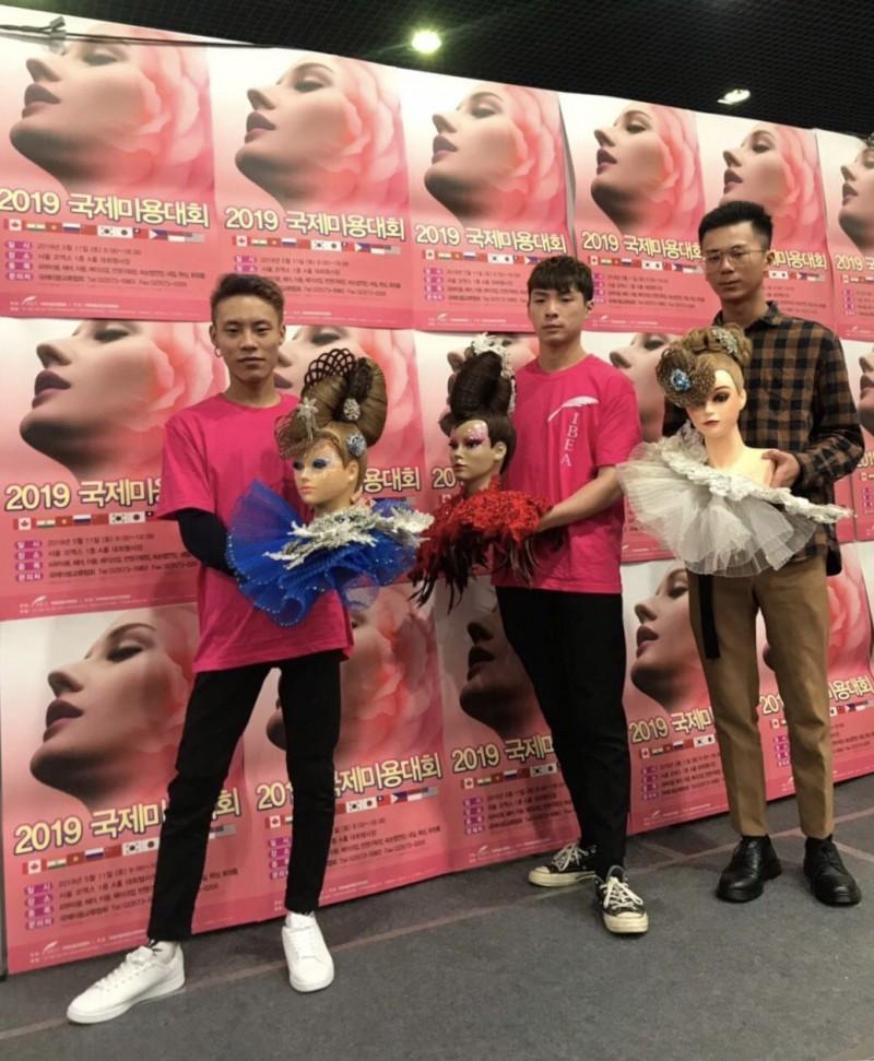 萬能科大時尚系周昶維(左)、劉宇程(中)、蔡立炫(右)勇奪韓國首爾國際美容競賽1金1銀1銅。(記萬能科大提供)