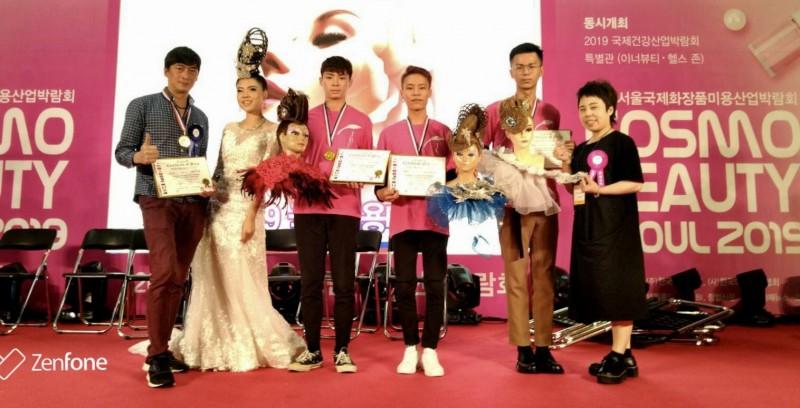 指導老師陳育睿(左)跟得獎學生合影。(萬能科大提供)
