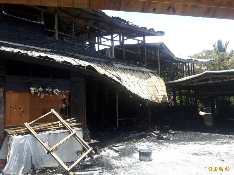 暗夜大火,將獵人學校燒成廢墟。(記者陳賢義攝)