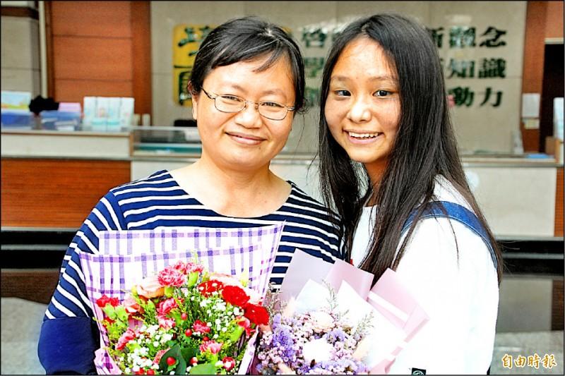 呂易儒(右)感謝母親一路陪伴。(記者林宜樟攝)