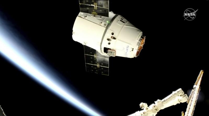 美加知名企業家馬斯克(Elon Musk)創辦的航太公司「SpaceX」計畫發射約1.2萬顆近地軌道衛星,以提供高速、低延遲的衛星網路,稱為「星鏈」(Starlink)計畫。圖為日前SpaceX飛龍火箭送貨抵達國際太空站。(美聯社)