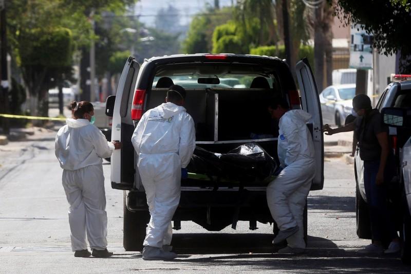 墨西哥第二大城瓜達拉哈拉(Guadalajara)挖出35具遺體,可能都是毒梟幫派爭鬥下的犧牲者。(路透)