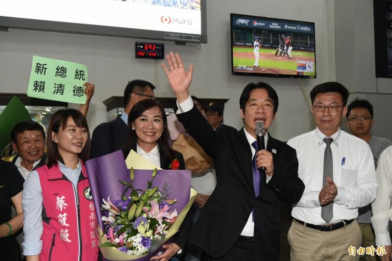 前行政院長賴清德今晚從日本返抵國門,受到支持者熱烈歡迎。(記者張忠義攝)