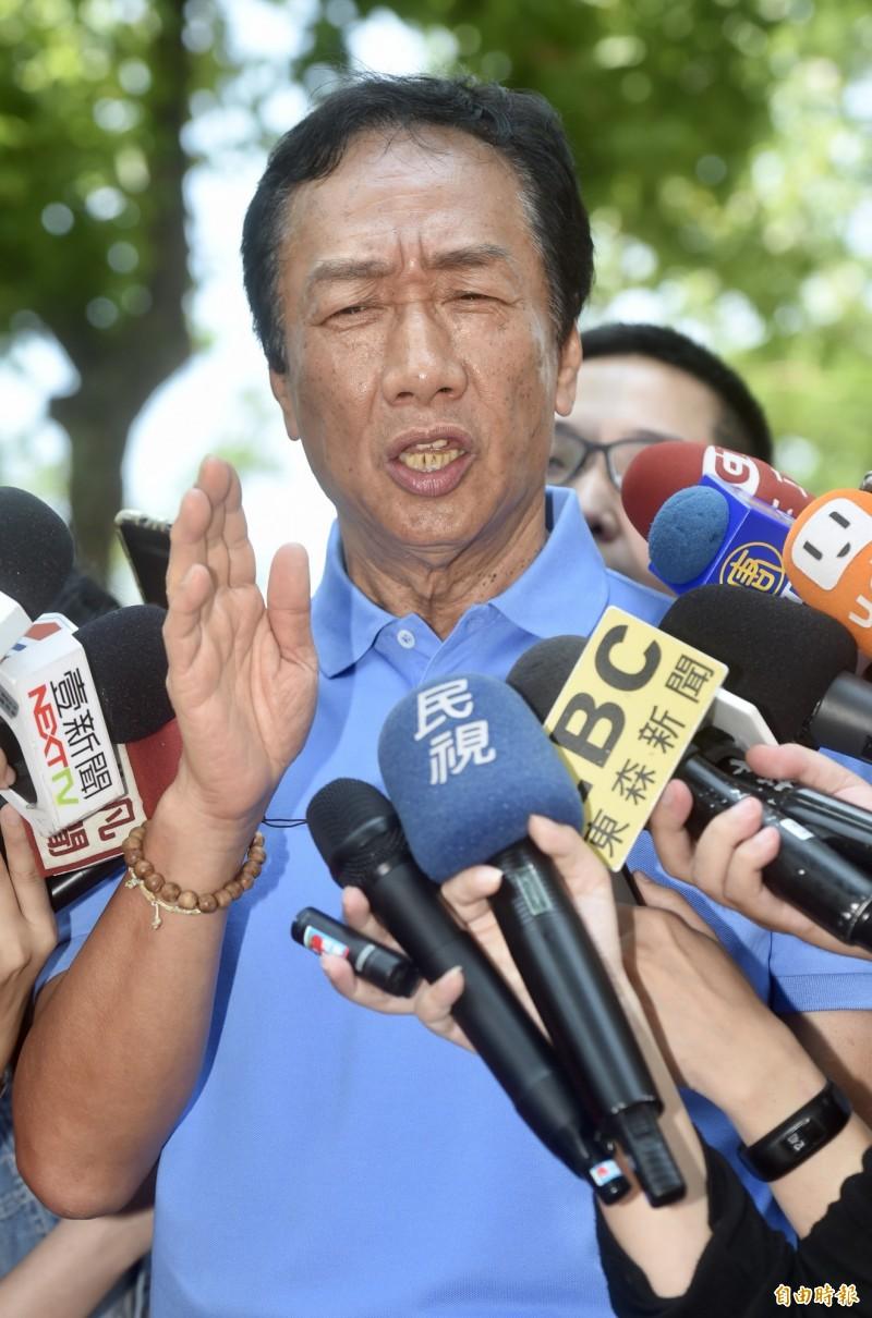 鴻海董事長郭台銘進來為總統大選動作頻繁,不過今下午在大安森林公園接受媒體訪問時又失言,他認為「如果年輕人還是拿那麼多的薪水、台灣經濟是沒有希望的」,引發熱議。(記者簡榮豐攝)
