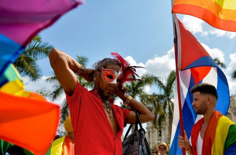 11日當天有超過百名的古巴人高喊「多樣化的古巴萬歲」,在該國首都哈瓦那參與同志大遊行。(法新社)