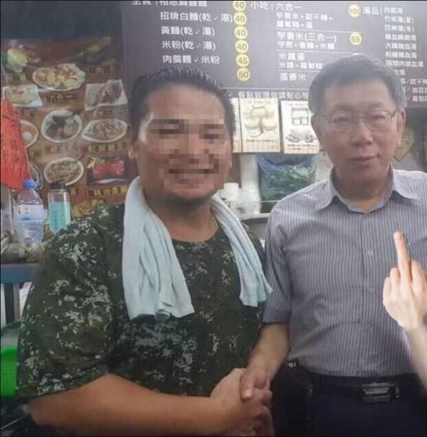 原本的大拇指被網友P成中指。(圖擷自《爆怨公社》 臉書)