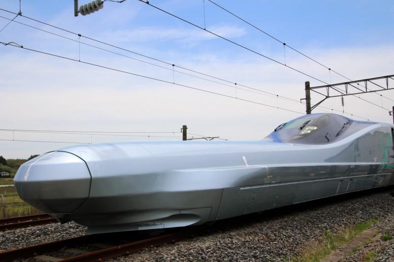 日本10日將為有史以來最快的「子彈列車」,開始進行為期三年的測試,該「子彈列車」ALFA-X最快能達每小時400公里的速度,預計將能超越中國復興號的最高時速350公里。(歐新社)