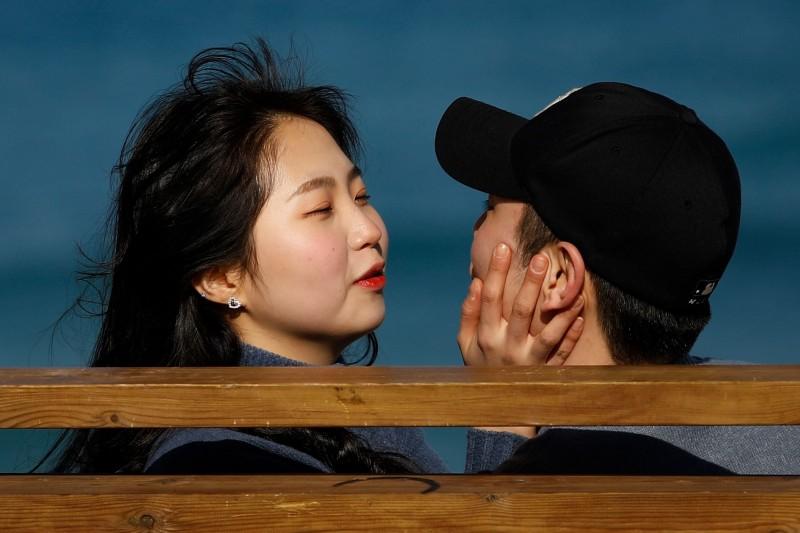韓國紛傳約會暴力事件,光是2016年至2018年期間,就從9000起增加到近1萬9000起。南韓情侶示意圖,圖中人物與本新聞無關。(法新社)