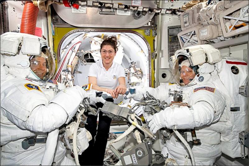 為了有效維護太空人在執勤期間的健康,美國航太總署及歐洲太空總署大手筆招募志願者參與人造重力實驗。圖為國際太空站的執勤人員。(歐新社檔案照)