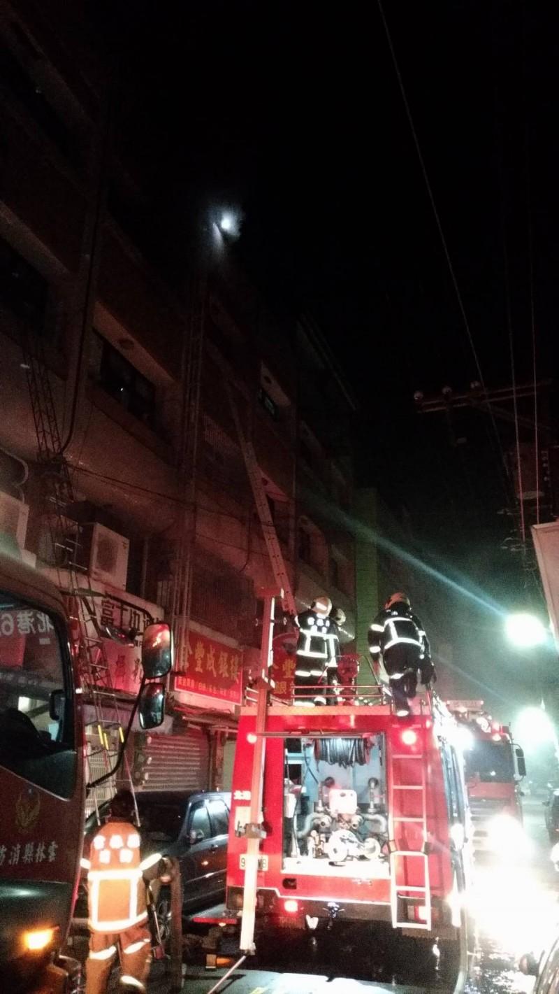 北港公民路一棟民宅今天凌晨發生火警,消防人員前往灌救。(民眾提供)