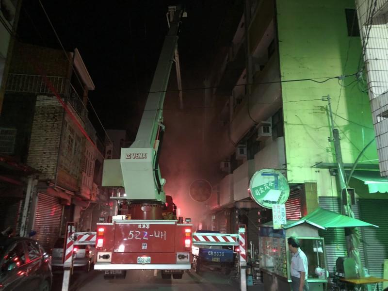 北港公民路一棟民宅今天凌晨發生火警,消防人員以雲梯車搶救受困頂樓民眾。(民眾提供)