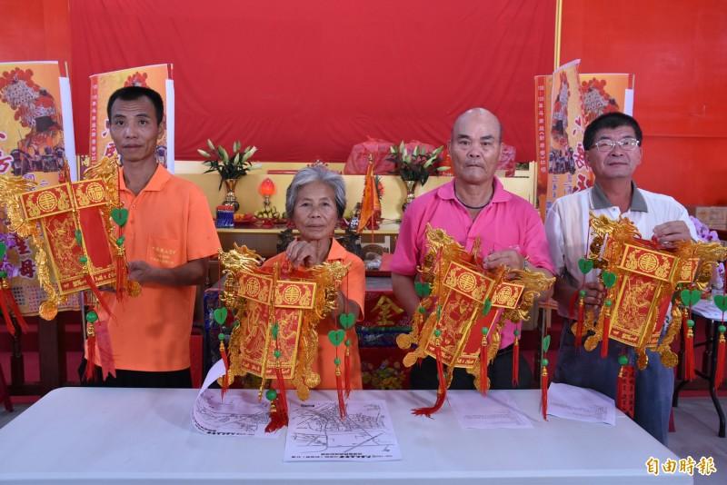 六房媽祖過爐遶境19日登場值年爐主沈秋蘭(左2)邀請大家來一起來參與。(記者黃淑莉攝)