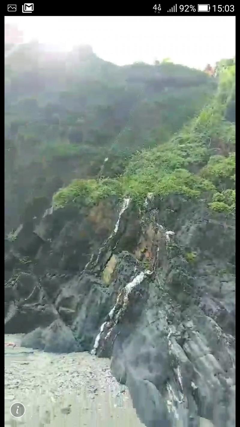 現場山壁十分陡峭。(記者江志雄翻攝)