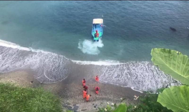 消防局協調漁船把婦人運會岸上。(記者江志雄翻攝)