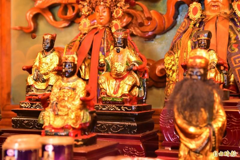 南興廟供奉的土地公(中),已有200年以上歷史。(記者張議晨攝)