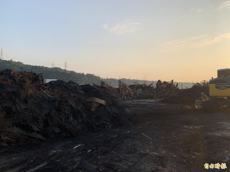登嵙有限公司廢輪胎資源處理廠現況,廠內已有怪手進駐清理災後。(記者歐素美攝)