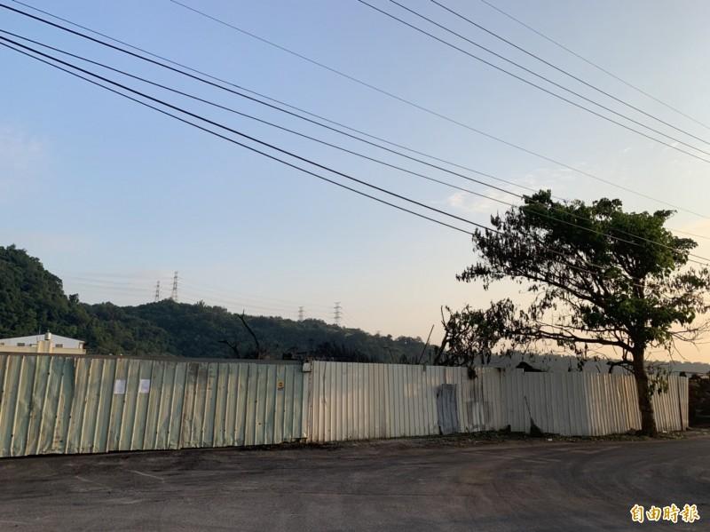 登嵙有限公司廢輪胎資源處理廠,廠區用鐵皮圍起來,公告就貼在鐵皮圍籬上。(記者歐素美攝)