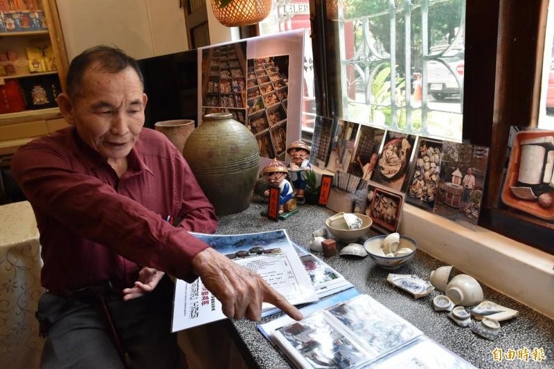 雲林北港文史耆老林永村說明收藏的各項文物的故事。(記者黃淑莉攝)
