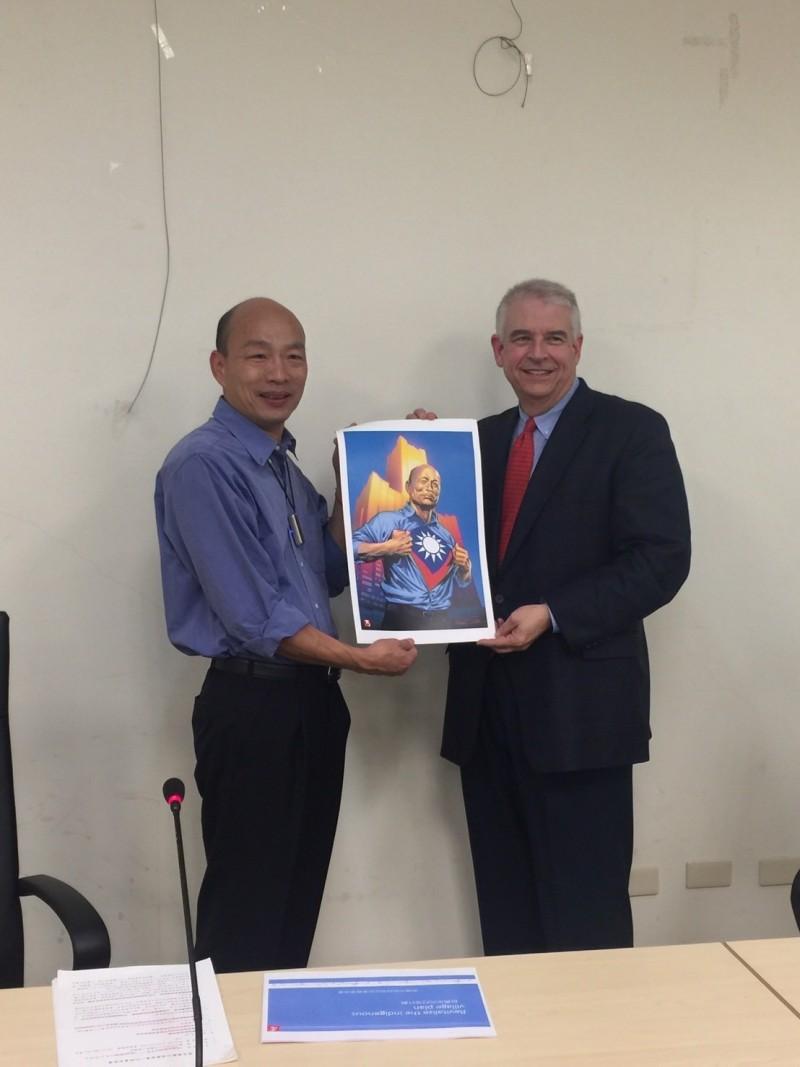 前漫威成員,現為AAE執行長David Martin(右),今拜會韓國瑜,洽談合作設立漫畫遊戲孵化器。(記者葛祐豪翻攝)