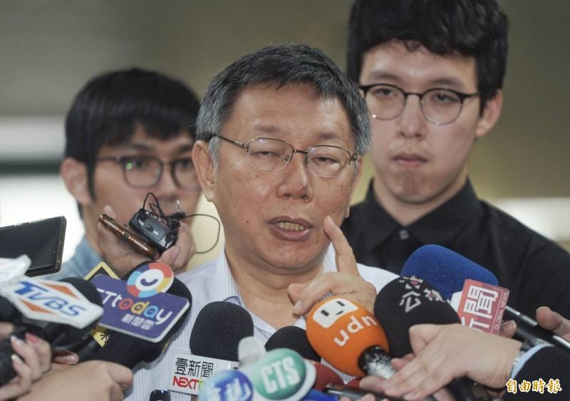 台北市長柯文哲今天在市長室外接受媒體聯訪。(記者林正堃攝)