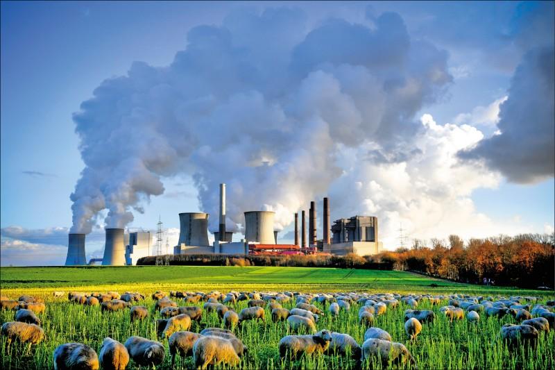 美國觀測數據顯示,地球大氣中的二氧化碳已突破四一五ppm,創下人類歷史新高。圖為德國西部城市貝格海姆(Bergheim)燃煤發電廠排出陣陣濃煙。(歐新社檔案照)