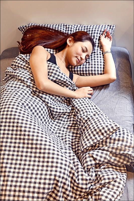 最新研究發現,「睡太多」也有增加致死率風險,而經常假日補眠如同「睡眠暴食」,可能會更累、有損健康;圖為情境照,圖中人物與新聞無關。(資料照)